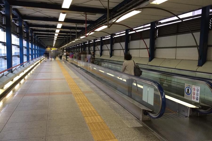 埼京線乗り場への長い歩道