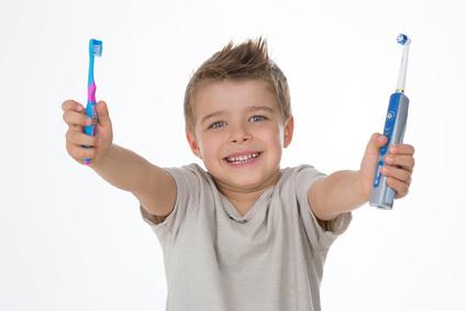 歯ブラシと電動歯ブラシ